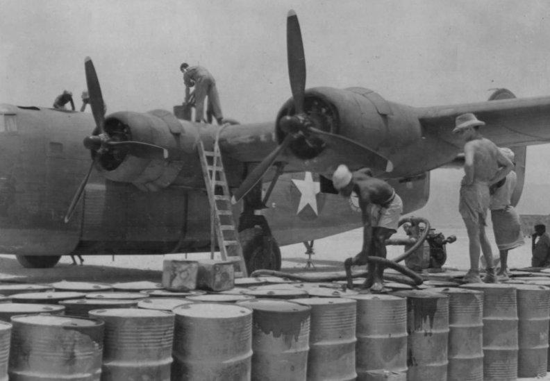 Quadrimotor C-87 abastecendo.