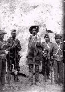 L'un des défenseurs de la ville de Canudos, capturé par des soldats de l'armée brésilienne