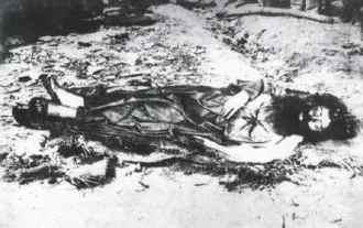 Le corps d'Antônio Conselheiro retiré de son tombeau par les militaires pour se faire photographier