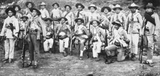 """Un groupe de policiers qui ont chassé les cangaceiros dans le Nordeste brésilien. Ces groupes étaient connus comme """"Volantes"""" - Source - http://diariodonordeste.globo.com"""