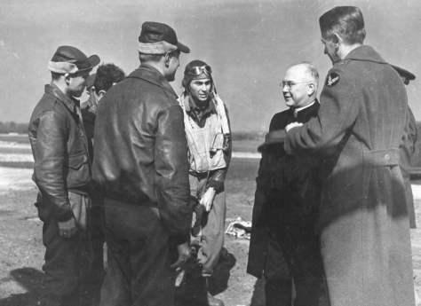 Católico praticante, aqui vemos o cap. O'Neill (com o capacete de voo), ao lado de uma autoridade eclesiástica católica. Abaixo o texto do verso desta foto.
