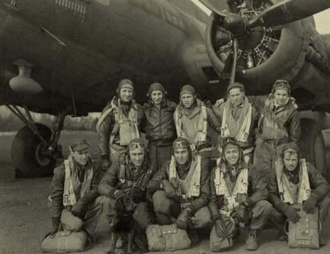 Junto a sua aeronave e sua tripulação, vemos o capitão O'Neill, o terceiro agachado, da esquerda para a direita - Fonte - NARA