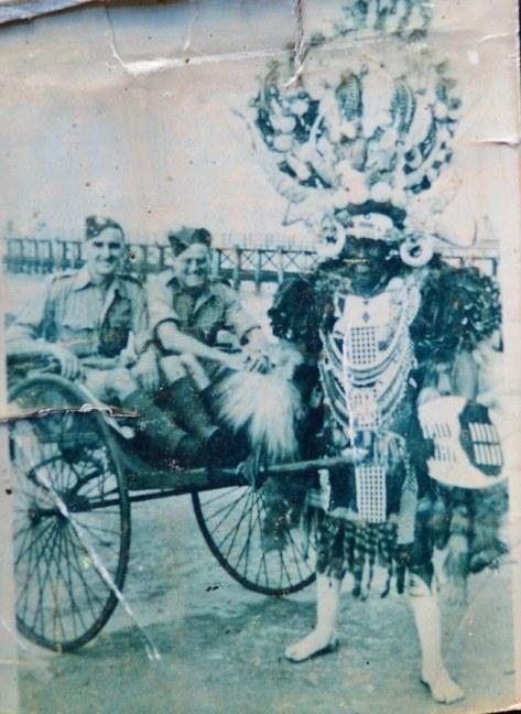 Ronald Brown (centro) é visto aqui na África do Sul, junto com um colega de farda e um e um tradicional guerreiro Zulu