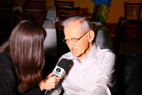Emil Petr sendo entrevistado pela jornalista Margot Ferreira