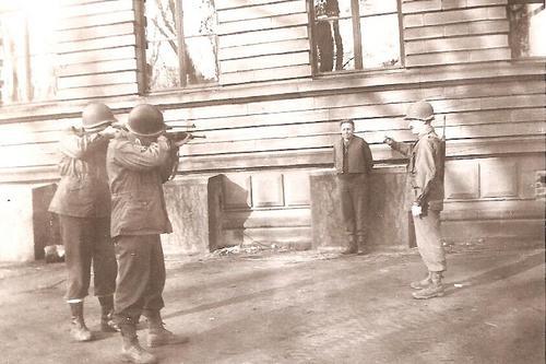 Pelotão de fuzilamento americano, executando um colaboracionista dos alemães