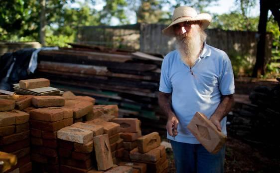 José Ricardo Rosa segura um tijolo com a suástica nazista - Carlos Cecconello/Folhapress