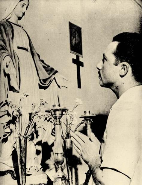 O ex-pracinha Luís, diante da imagem de sua santa padroeira, Nossa Senhora das Graças