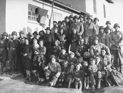 Tropas americanas junto a população civil italiana durante a Segunda Guerra