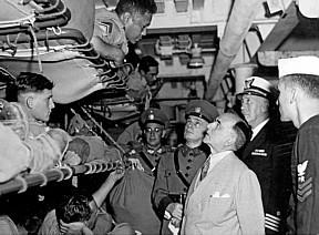 O presidente Vargas visita soldados brasileiros no navio transporte que os levou a Itália