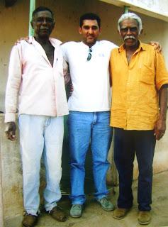 Izidoro, João Lima e José Pororô. Sobrinhos de Esperança abraçando o escritor João de Sousa Lima.