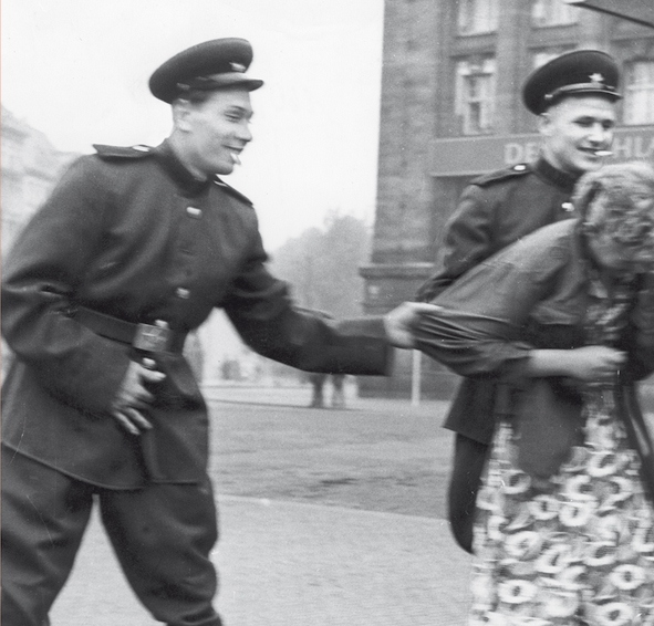 Está mais do que marcado no imaginário popular como os russos tyrataram as alemãs em 1945. Mas muitos apontam que eles apenas repetiam o que as tropas de Hitler haviam protagonizado com as russas