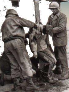 Corpo do soldado americano Eddie Slovik sendo retirado após seu fuzilamento