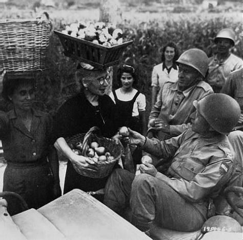 O general Mascarenhas de Morais recebendo frutas de uma camponesa italiana