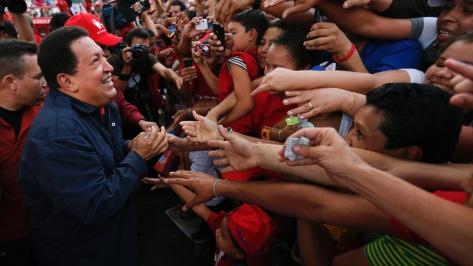 17set2012---presidente-venezuelano-e-candidato-a-reeleicao-hugo-chavez-cumprimenta-eleitores-durante-comicio-realizado-em-caracas-as-eleicoes-no-pais-estao-marcadas-para-7-de-outubro-1347931153507_1920x1080