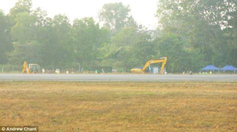 Escavações ao lado da pista do aeroporto.