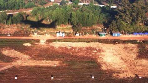 Dentro de um avião decolando, é possível ver a extensão das escavações ao lado da pista do aeroporto, que se encerraram em fevereiro de 2013.
