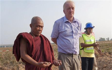 Um monge budista para abençoar as escavações,,,