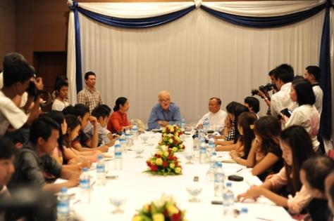 Cundaal (ao centro) em uma coletiva de imprensa  para explicar o que aconteceu.