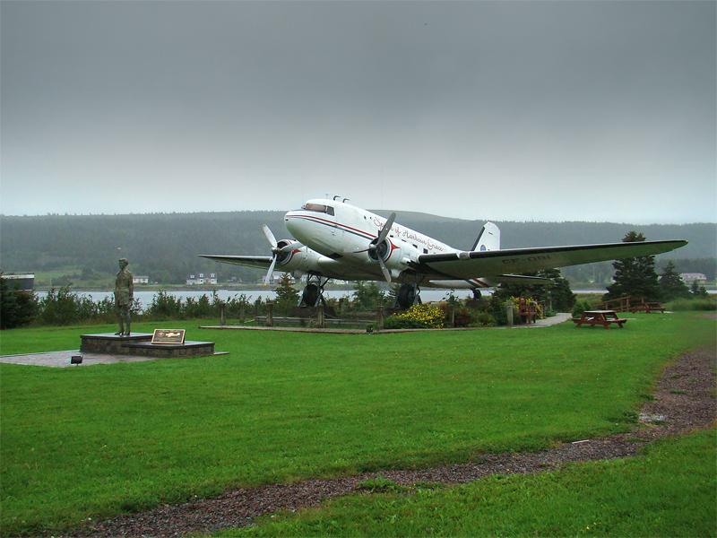 Monumento a Amélia em Harbour Grace, Newfoundland, Canada. Se em Natal fosse construido um monumento para cada aviador pioneiro que por aqui passou pela cidade entre as décadas de 1920 e 30, nós sairíamos esbarrando em algo do gênero em cada esquina, tal o número de aviadores que aqui estiveram.