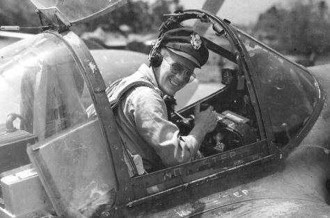 Com seus inconfundíveis óculos Ray-Ban vemos o 2º tenente Charles R. Lambert, do 9th Photographic Reconnaissance Squadron, no cockpite do seu bimotor Lockheed F-5, na Índia, em 1944.