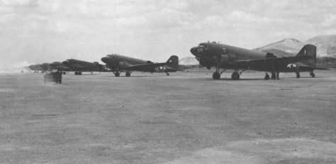 """C-47 Dakota, o """"burro de carga aliado"""", em uma base na Birmânia. A maioria destes aviões que serviram no oriente passaram por Natal, vindos dos Estados Unidos."""