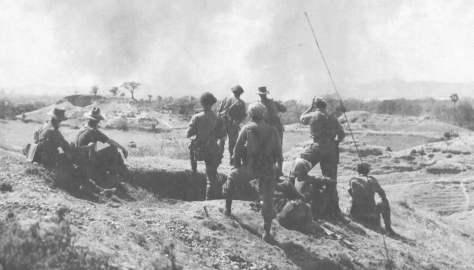 Forças britânicas na Birmânia observam a ação do inimigo.