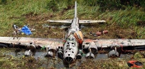 Em foto recente, o trabalho de resgate de uma B-17 E  em Papua-Nova Guiné