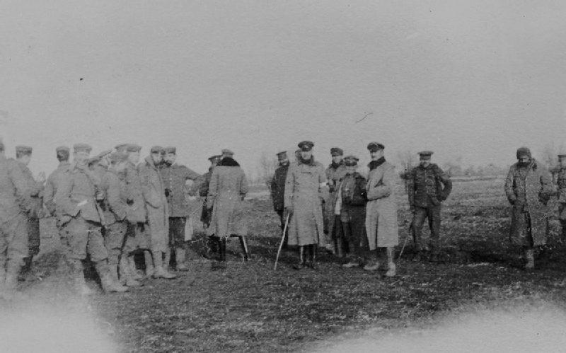 Soldados britânicos da  Northumberland Hussars , 7 ª Divisão e alemães reunidos em terra de ninguém durante a trégua não oficial