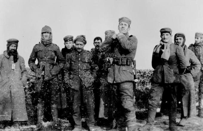 Soldados alemães do 134 Regimento da Saxônia e os soldados britânicos do Real Warwickshire Regiment se reúnem na terra de ninguém em 26 de dezembro de 1914