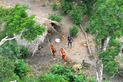No Brasil ainda existem tribos não contatadas, como a que mostra na foto. O que devemos fazer com eles? Matá-los? levar nossa fé? Nossos valores? Ou deixá-los em paz?