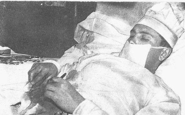Leonid Rogozov atuando em seu próprio corpo.