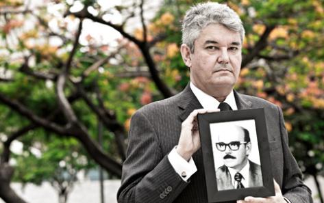 HISTÓRIA - Jáder Figueiredo Júnior (com a foto do pai): denúncias de violência contra os índios - Fonte - http://www.istoe.com.br/reportagens/294080_A+VERDADE+SOBRE+A+TORTURA+DOS+INDIOS