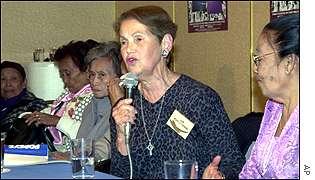 Jan Ruff-O'Herne  na atualidade, junto a outras mulheres que sofreram, nas mãos dos japoneses, denunciando os crimes de guerra.