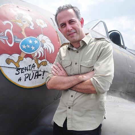 João ao lado de um caça P-47 da FAB que atuou na Itália