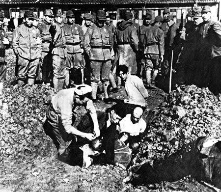 Chineses prestes a serem enterrados vivos por soldados japoneses.