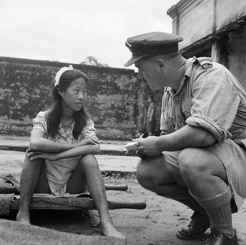 Uma das mulheres utilizadas pelos japoneses junto a um oficial Aliado.