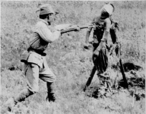 Soldado japonês praticando exercício de ataque com baioneta em um corpo de um chines.