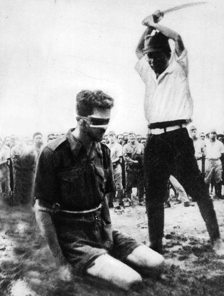 Aitape, Nova Guiné. 24 de outubro de 1943. Fotografia encontrada no corpo de um soldado japonês mostrando o sargento Leonard G. Siffleet prestes a ser decapitado com uma espada por Yasuno Chikao. Chikao morreu antes do fim da guerra.
