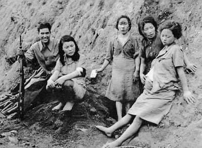 Mulheres coreanas, obrigadas a se prostituirem para os militares japoneses, junto a um soldado Aliado após a libertação em 1945.