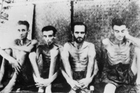 Prisioneiros australianos e holandeses extremamente desnutrido em Tarsau na Tailândia, 1943.
