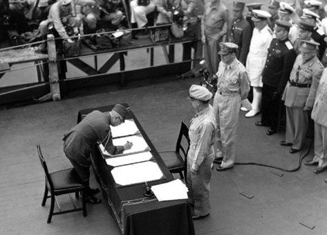 Rendição formal das forças japonesas no encouraçado USS Missouri.