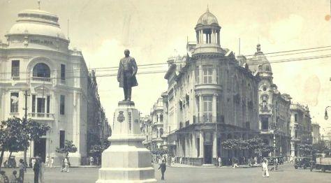 Escultura do Barão do Rio Branco, obra do francês Felix Charpeutier, colocada ali em 1917, em bronze com uma altura de 2,5 metros e inaugurada sob um pedestal em pedra de 4,20 m, esculpido por Corbiniano Vilaça, em 19 de agosto do mesmo ano. Dando a obra uma altura de 7 metros. Foto da década de 1930.
