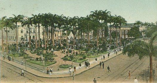 A Praça da República. talvez hoje não seja tão movimentada como este cartão postal pintado a mão mostra, mas ainda mantém muito de sua beleza.