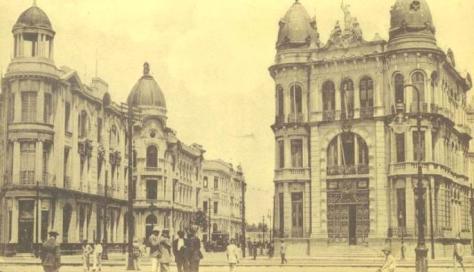 Edifícios dos banco River Plate e da Associação Comercial, no encontro das Avenidas Rio Branco e Marquês de Olinda.