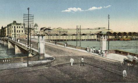 Ponte Maurício de Nassau. Local extremamente histórico, esta ponte teve sua construção iniciada em 1640 pelo arquiteto Baltazar de Affonseca, por ordem do conde holandês Maurício de Nassau, feita em madeira, e inaugurada em 28 de fevereiro de 1644, sendo considerada a primeira ponte de grande porte do Brasil e a mais antiga da América Latina.