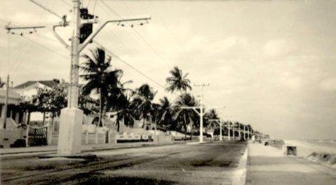Praia do Pina e seus postes para os bondes elétricos.
