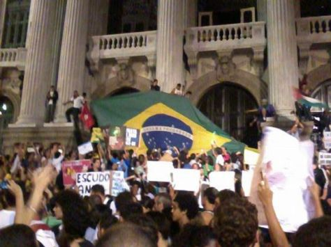 manifestantes-protestaram-na-porta-da-assembleia-legislativa-do-rio