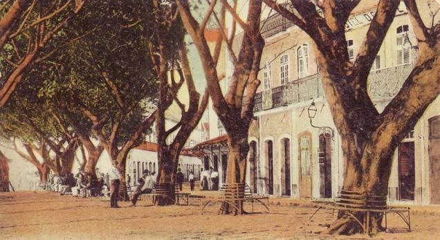 Início do século XX, uma praça chamada Santos Dumont, onde os bancos sob as árvores frondosas eram mais importantes que o espaço dos automóveis. Não posso garantir que seja a atual praça Santos Dumont na Rua Couto Magalhães com a Rua Santos Dumont, perto do Estadio do Arruda.