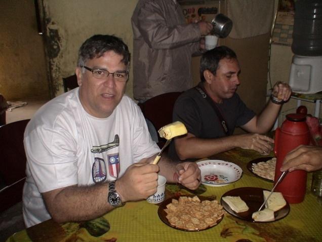Degustando um maravilhoso queijo, ao lado do amigo Álvaro Severo, proprietário da Fazenda Bezerros.
