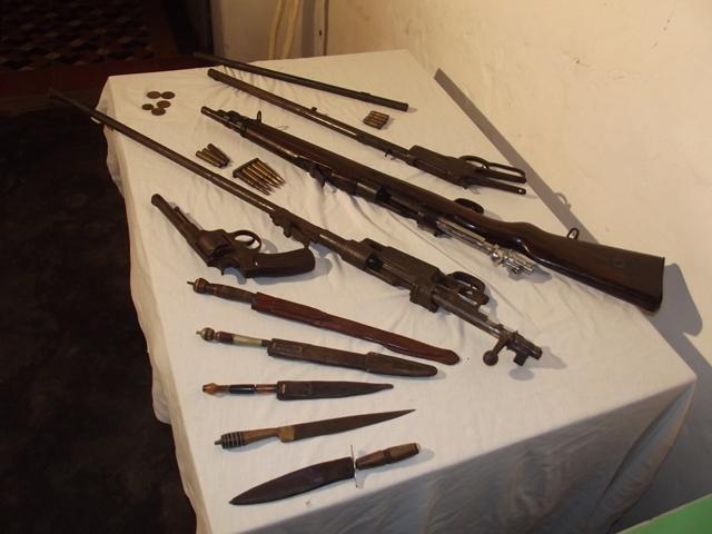 Armas de fogo, munições e armas brancas encontradas em grutas que serviram de abrigo aos cangaceiros na Serra Grande